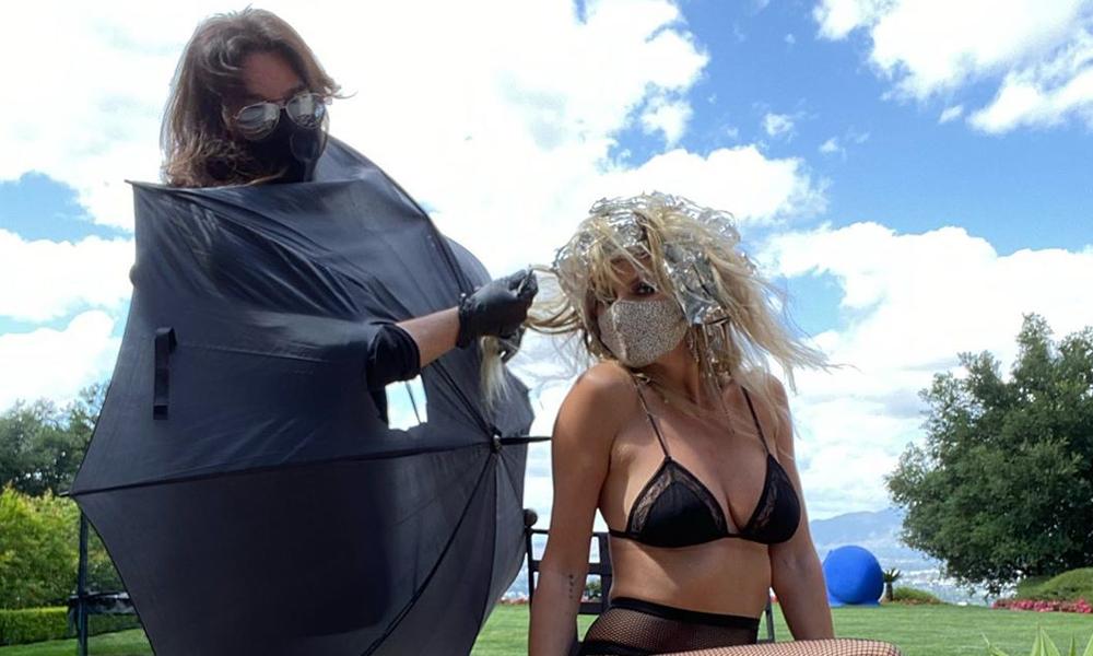 Heidi Klum yarı çıplak saç boyattı!