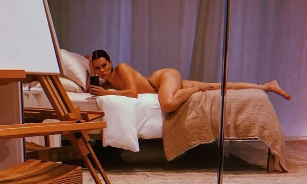 Yatakta tamamen çıplak poz!