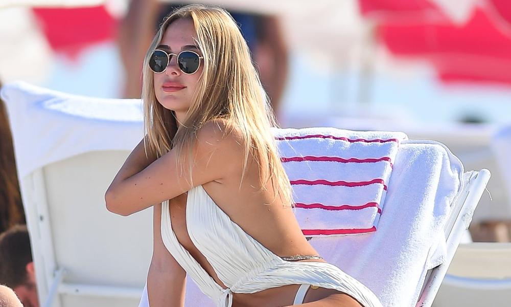 Kimberley Garner beyaz bikinisiyle plajın gözdesi oldu!