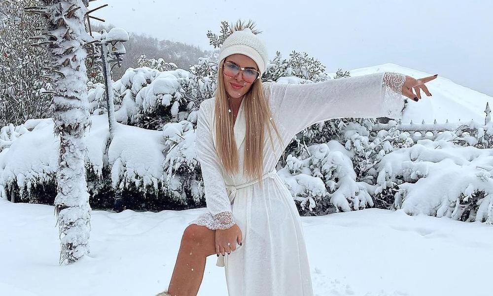 Gecelikle kar pozu veren Selin Ciğerci olay oldu!